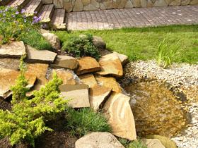 Уступы из плоских камней образуют эффектный водный каскад. Объект: К/п «Лесныедали», Рублево-Успенскоеш., 2004г.
