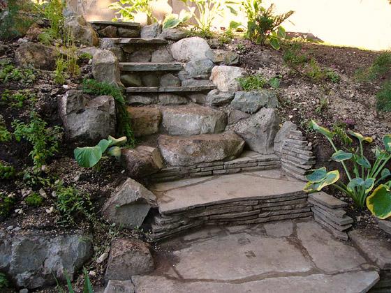 Лестница из цемента на склоне